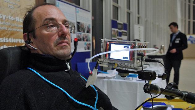 Gerhard Nussbaum und das Kompetenznetzwerk KI-I haben den 4D-Joystick mit Display selbst entwickelt. (Bild: Dominik Erlinger)