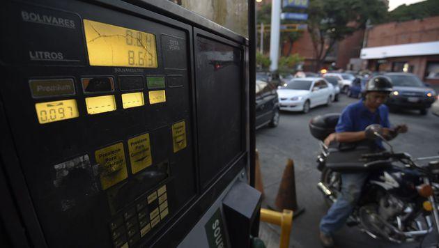 Tank-Paradies Venezuela muss Benzinpreise anheben (Bild: APA/AFP/JUAN BARRETO)