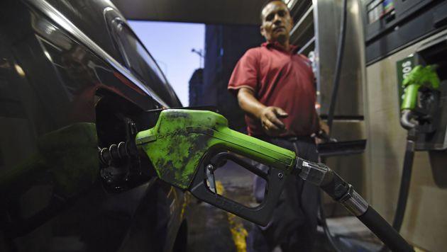 Tanken in Venezuela wird erstmals seit 20 Jahren teurer. (Bild: APA/AFP/JUAN BARRETO)