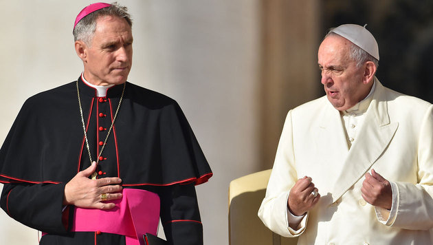 Erzbischof Georg Gänswein bei einer Messe mit Papst Franziskus (Bild: APA/AFP/VINCENZO PINTO)