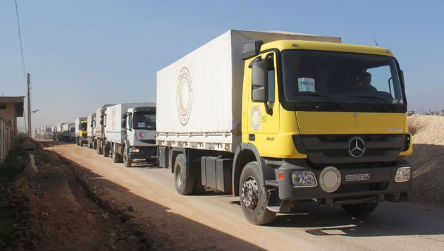 Ein UN-Hilfskonvoi in Syrien (Bild: APA/AFP/OMAR HAJ KADOUR)