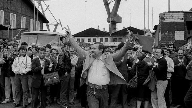 Lech Walesa 1983 vor der Schiffswerft in Gdansk, wo er arbeitete (Bild: AP)