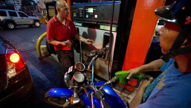 Tank-Paradies Venezuela muss Benzinpreise anheben (Bild: AP)