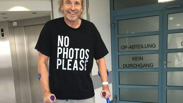 Thomas Gottschalk braucht wegen einer Knieverletzung Krücken. (Bild: twitter.com/RTL)