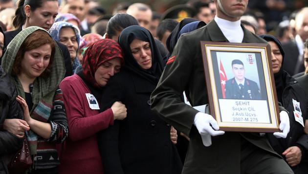 Angehörige beim Begräbnis der Ankara-Opfer (Bild: AP)