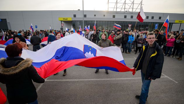 Tausende Slowenen gegen Fl�chtlingsunterkunft (Bild: APA/AFP/JURE MAKOVEC)