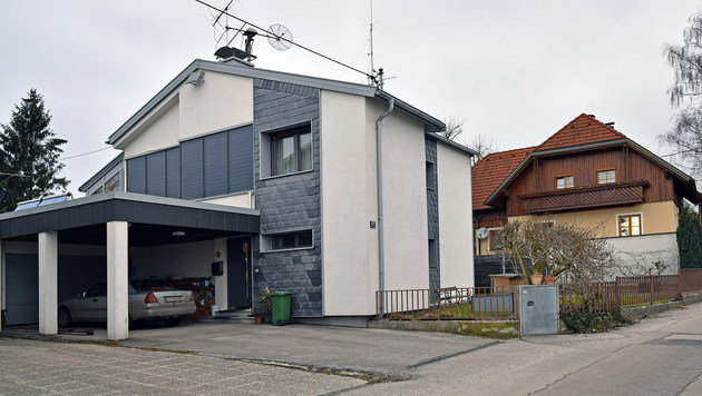 In dem weiß-grauen Haus wohnt Roland H. mit seiner Familie, dahinter lebte das getötete Ehepaar. (Bild: Markus Wenzel)