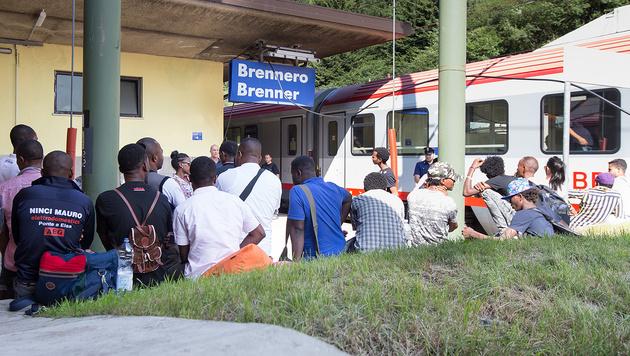Eine Flüchtlingsgruppe am Brenner im Herbst 2015 (Bild: APA/Expa/Johann Groder)