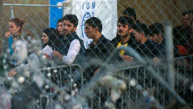 Fl�chtlinge an der griechisch-mazedonischen Grenze (Bild: APA/AFP/ROBERT ATANASOVSKI)