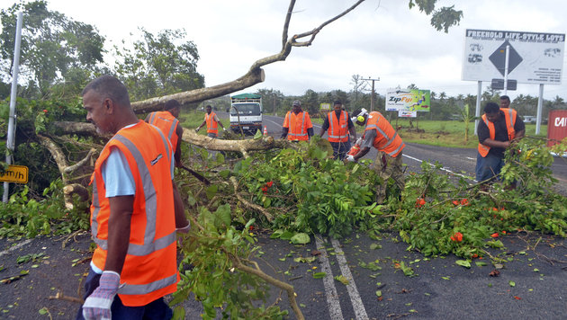 Aufräumarbeiten auf einer Hauptstraße (Bild: ASSOCIATED PRESS)