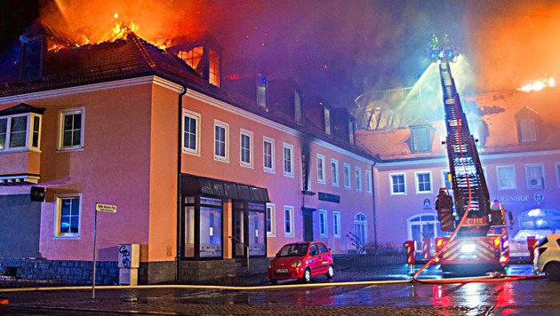 Schaulustige bejubeln Brand einer Asylunterkunft (Bild: APA/dpa-Zentralbild/Rico Loeb)