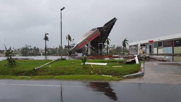 """Auch diese Tankstelle hielt """"Winston"""" nicht stand. (Bild: APA/AFP/JAY DAYAL)"""