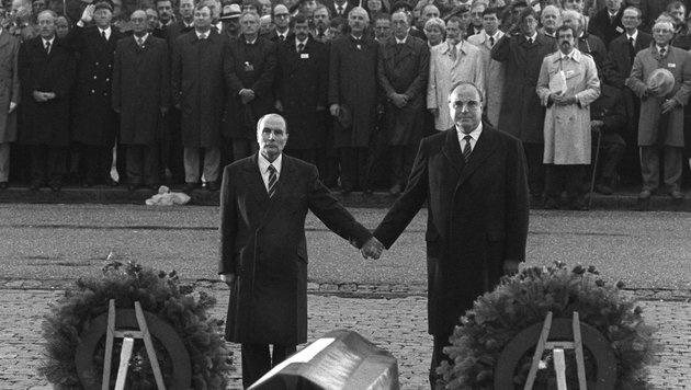 Historische Geste von Francois Mitterrand und Helmut Kohl (Bild: dpa/Wolfgang Eilmes)