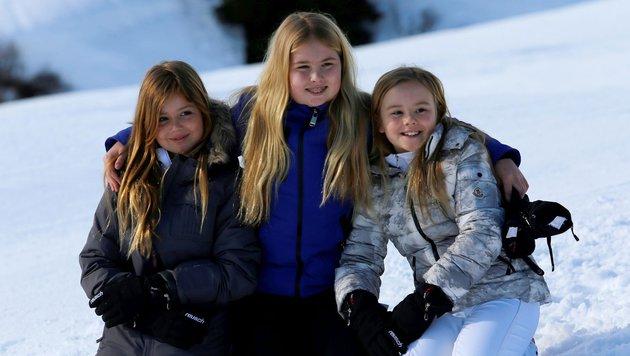 Kronprinzessin Catharina-Amalia (Mitte) mit ihren jüngeren Schwestern, Alexia (l.) und Ariane (r.) (Bild: AFP)