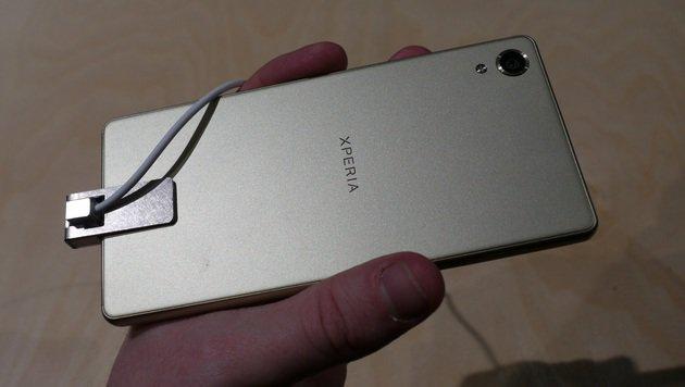 Die matte Rückseite der Xperia-X-Reihe bietet Fingerabdrücken wenig Angriffsfläche. (Bild: Dominik Erlinger)