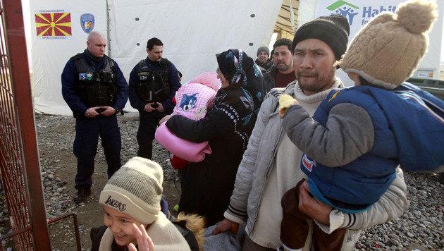 Im Rahmen einer Grenzschutzkooperation kontrollieren auch ungarische Grenzpolizisten in Mazedonien. (Bild: ASSOCIATED PRESS)