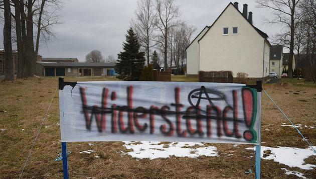 Ein Protestbanner vor dem Flüchtlingsheim in Clausnitz (Bild: APA/dpa-Zentralbild/Hendrik Schmidt)
