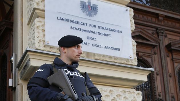 Bewaffnete Polizeieinheiten bewachen das Grazer Straflandesgericht. (Bild: APA/ERWIN SCHERIAU)