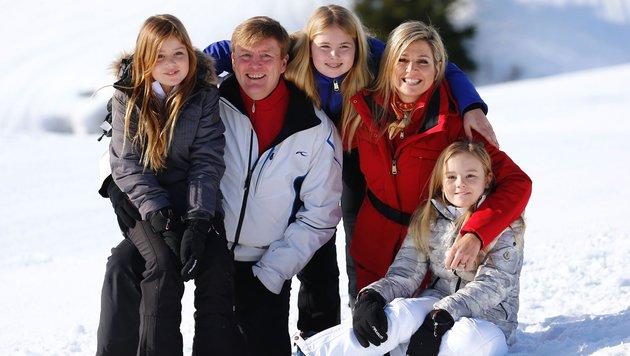 Willem-Alexander mit Maxima und den Prinzessinnen Catharina-Amalia, Alexia (l.) und Ariane (r.) (Bild: AFP)