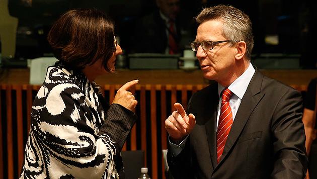 Innenministerin Johanna Mikl-Leitner mit ihrem deutschen Amtskollegen Thomas de Maiziere (Bild: EPA)