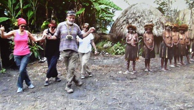130.000 Mal angeklickt wurde der Spontan-Sirtaki.  Die Eingeborenen klatschten im Takt mit. (Bild: Robert Hofrichter)