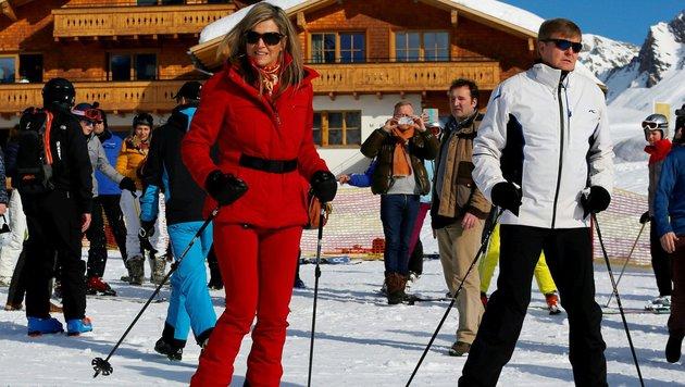 Königin Maxima und König Willem-Alexander beim Skifahren (Bild: AFP)