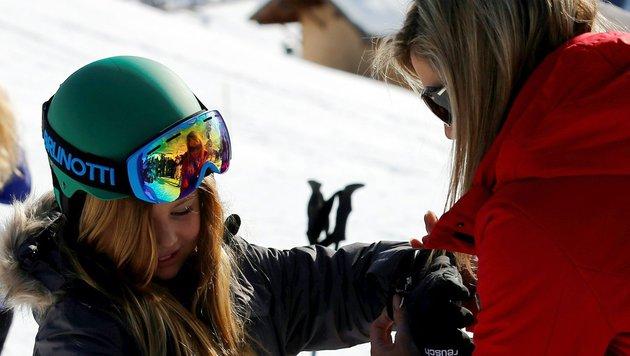 Königin Maxima hilft ihrer jüngsten Tochter, Prinzessin Ariane, beim Anziehen der Skihandschuhe. (Bild: AFP)