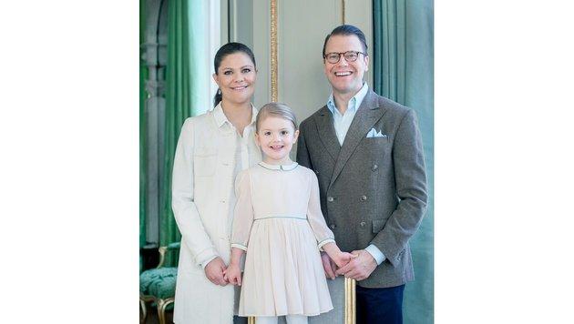 Prinzessin Estelle mit ihren Eltern (Bild: Kate Gabor/Kungahuset)