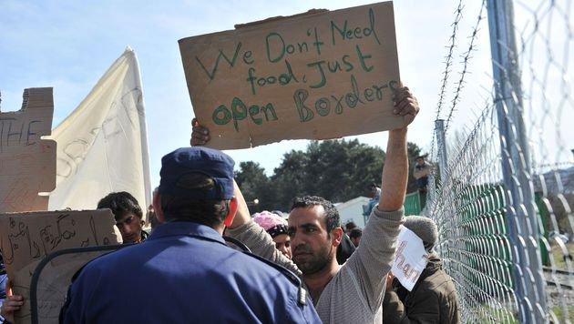 Flüchtlingsprotest an der griechisch-mazedonischen Grenze (Bild: APA/AFP/SAKIS MITROLIDIS)