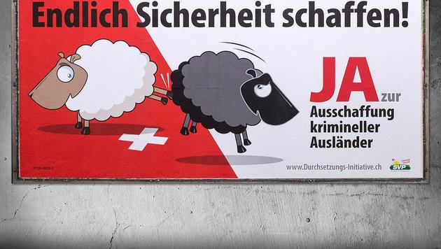 SVP-Plakat: Ein weißes Schaf kickt ein schwarzes Schaf hinaus. (Bild: EPA, thinkstockphotos.de)