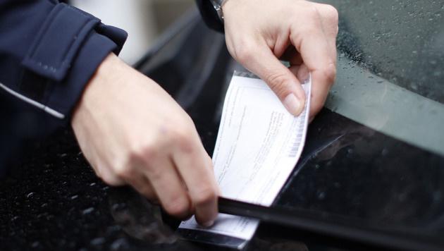 Falschparker in Rage zerreißt Parksheriff die Hose (Bild: APA/GEORG HOCHMUTH)