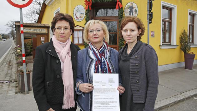 Wirtin Monika M�tzl (Mitte) mit ihrer Tochter und �GV-Pr�sidentin Margarete Kriz-Zwittkovits (Bild: Martin A. J�chl)