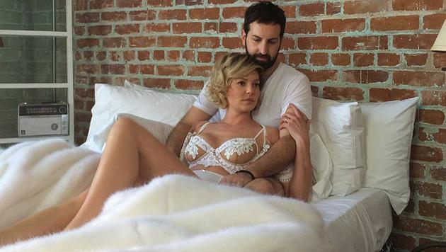 """Worum geht""""s da wohl? Katherine Heigl rekelt sich mit Ehemann Josh Kelley in den Laken. (Bild: instagram.com/katherineheigl)"""