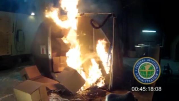 Diese Aufnahme der FAA zeigt einen Sicherheitstest mit 5000 Akkus in einem Frachtcontainer. (Bild: AP)