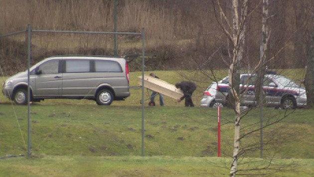 Die Leiche der Achtjährigen wird abgeholt. (Bild: ORF NÖ)