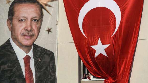 Türke zeigt Ehefrau wegen Beleidigung Erdogans an (Bild: APA/AFP/OZAN KOSE)