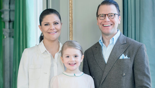Prinzessin Estelle mit ihrer Mutter, Kronprinzessin Victoria und ihrem Vater, Prinz Daniel (Bild: Kate Gabor/Kungahuset.se)