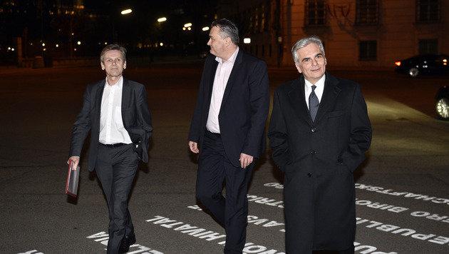 Kanzleramtsminister Ostermayer, Verteidigungsminister Doskozil und Kanzler Faymann vor der Hofburg (Bild: APA/HANS PUNZ)