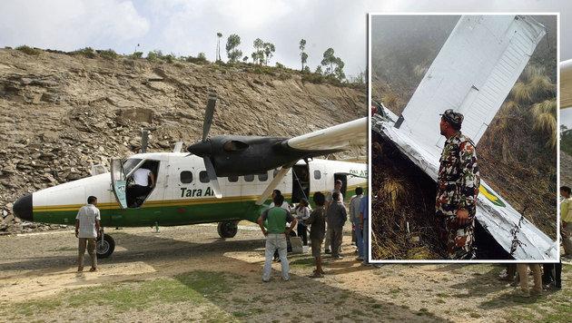Ein baugleiches Flugzeug stürzte ab (großes Bild). Soldaten haben den Absturzort erreicht. (Bild: APA/AFP/Prakash Mathema, Nepal Army)