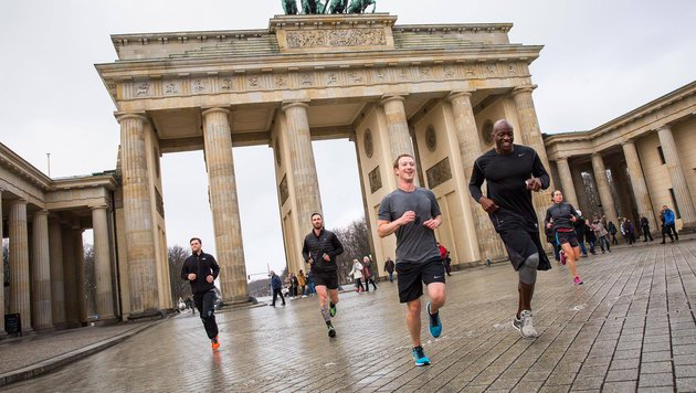 Mark Zuckerberg läuft durchs Brandenburger Tor. (Bild: facebook.com/zuckerberg)