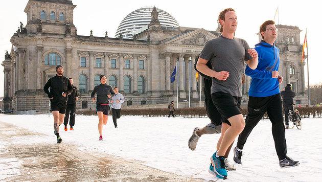 Mark Zuckerberg läuft am Reichstag vorbei. (Bild: facebook.com/zuckerberg)