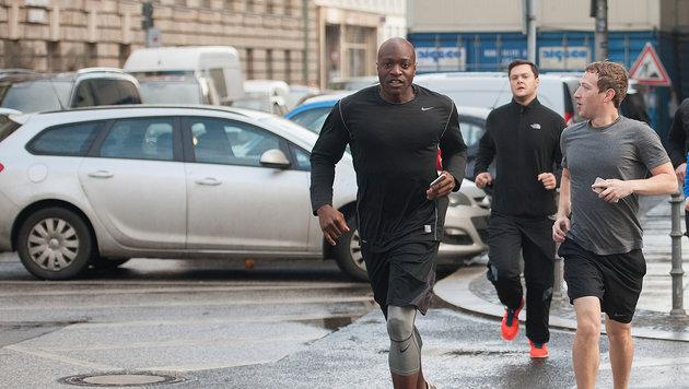 Mark Zuckerberg plaudert beim Laufen mit seinem Nebenmann. (Bild: Paul Zinken / dpa / picturedesk.com)