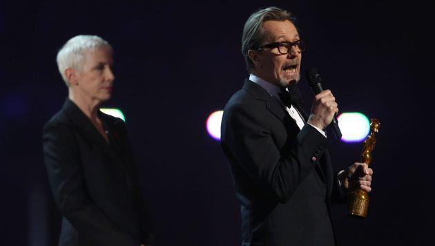 Gary Oldman nahm den Preis für David Bowie an. (Bild: APA/AFP/JUSTIN TALLIS)