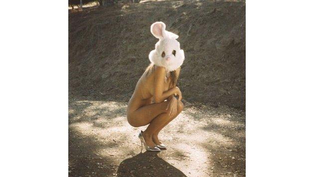 Emily Ratajkowski posiert nackt mit Hasenkopf - auch nett... (Bild: Viennareport)