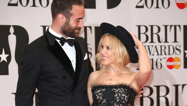 Kylie Minogue mit Verlobtem Joshua Sasse (Bild: Joel Ryan/Invision/AP)