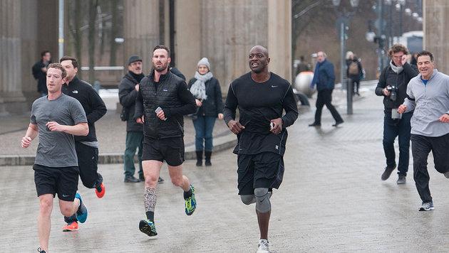 Die Mitläufer von Mark Zuckerberg sind eher für die winterlichen Temperaturen gekleidet. (Bild: Paul Zinken / dpa / picturedesk.com)