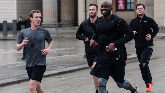 Mark Zuckerberg mit verschwitztem Leiberl beim Joggen in Berlin (Bild: EPA)