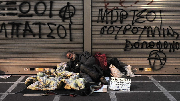 Bereits 20.000 Obdachlose in Griechenland (Bild: ARIS MESSINIS/AFP/picturedesk.com)