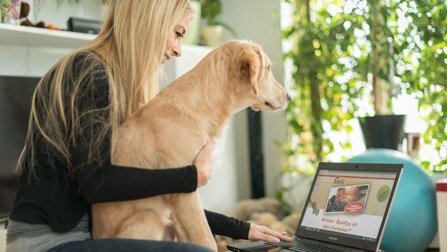 """Yvonne Rueff und ihre """"Mia"""" beim Online-Test (Bild: Purina PetCare Austria/Doron Nadav)"""