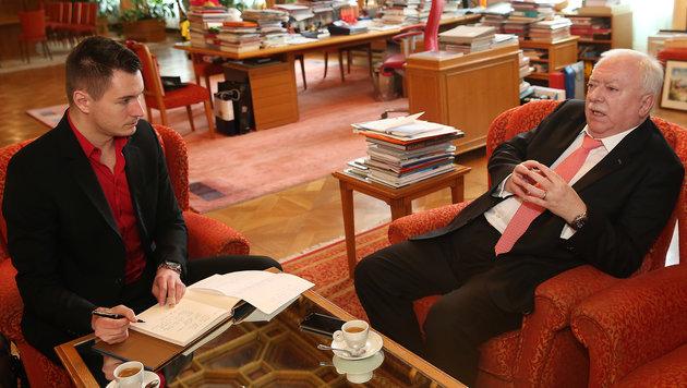 """Wiens Bürgermeister Michael Häupl im Gespräch mit """"Krone""""-Redakteur Michael Pommer (Bild: Kronen Zeitung/Peter Tomschi)"""